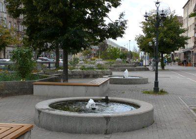 Brunnen und Sitzmöglichkeiten