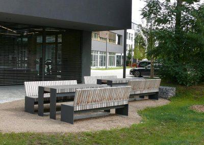 Sitzgelegenheiten beim Bürogebäude KKWW