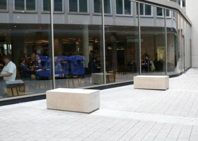 Umbau mit monolithischen Sitzblöcken