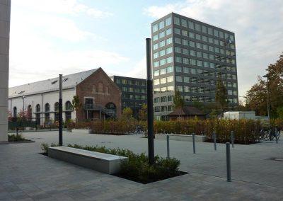 Bürogebäude mit Stellplätzen und Heckenpflanzungen