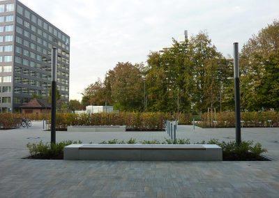 Außenanlage mit Stellplätzen und Heckenpflanzungen